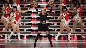 Madonna esiintymässä Super Bowlin väliajalla.