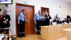 Anders Behring Breivik saapumassa Oslon käräjäoikeuden istuntoon