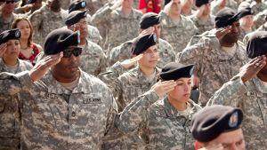 Yhdysvaltain armeijan sotilaat tekemässä kunniatervehdystä Texasissa marraskuussa 2009.