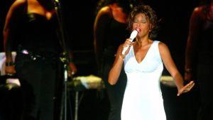 Whitney Houston esiintymässä Bangkokissa heinäkuussa 2004.