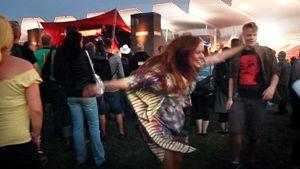 Nainen tanssii Sielun veljet -yhtyeen keikalla Ilosaarirockissa 2011.