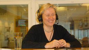 Joogaopettaja Mirja Lamberg Satakunnan Radion studiossa.