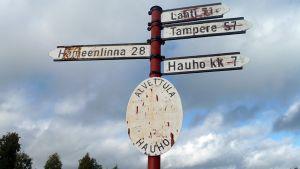 Etäisyyksistä kertova pylväs Hauhon Alvettulan kylässä