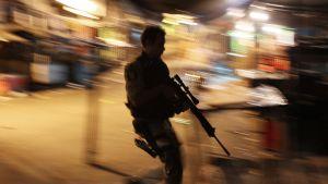 Brasilialainen poliisi työssään suorittamassa operaatiota Rocinhan slummissa, Rio de Janeirossa, 13. marraskuuta 2011 ennen poliisien lakkoa.