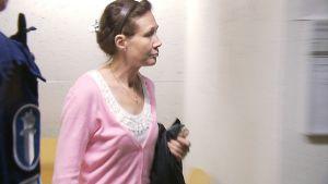 Anneli Auer matkalla Varsinais-Suomen käräjäoikeuden istuntoon 16.9.2011.