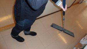 Siivoaja ja moppi