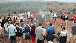 Turisteja tulivuoren huipulla Timanfayan luonnonpuistossa Lanzarotella.