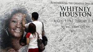 Whitney Houstonin fanit ovat kirjoittaneet viestejä hänen muistokseen pystytettyyn suureen valokuvaan.