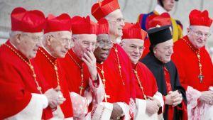Kardinaaleja Vatikaanin Pyhän pietarin basilikassa.