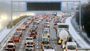 Liikenneruuhka saksalaisella moottoritie A5:llä.