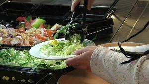 Kuvassa salaattiannos tekeillä