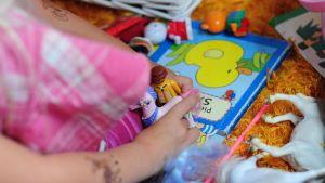 Lapsi leikkii leluilla