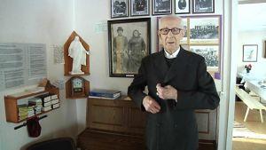 92-vuotias Alko Jaakola seisoo körttipuvussa Ylivieskan körttimuseossa
