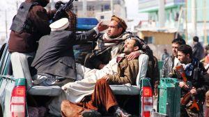Kabulin protesteissa 23. helmikuuta 2012 haavoittuneita henkilöitä kuljetetaan pois tapahtumapaikalta.