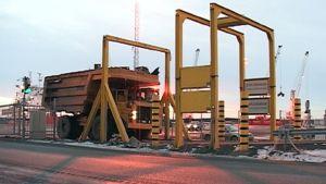 Kierrätysteräskuorma kulkee skannerin läpi Outokummun terästehtaalla Torniossa.