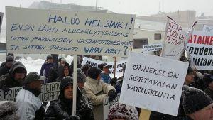 Banderolleja eduskuntatalon edessä.
