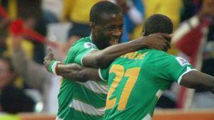 Yaya Toure syleilee Emmanuel Ebouen kanssa.