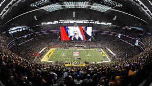 Cowboys Stadium kansallislaulun aikana.