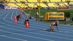 Naisten 400 metrin aitajuoksijat lähdössä.