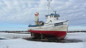 Kuvassa kalastusalus Trullevin kalasatamassa.Taustalla jäätä.