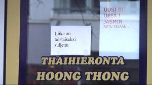 Thaihieromo suljettu-kyltti