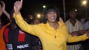 Portia Simpson Miller tuulettaa vuoden 2007 vaalien jälkeen Kingstonissa.
