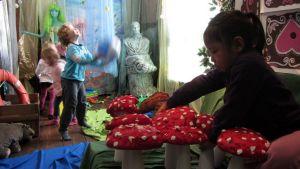Lapsia leikkimässä Satuseikkailun merimaailmassa