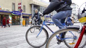 Pyöräilijöitä kaupunkiliikenteessä.