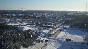 Näkymä talviseen Lahteen hyppyrimäen huipulta.