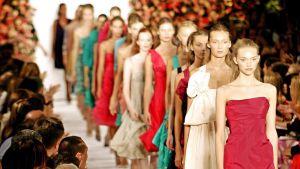 Marc Jacobsin suunnittelemia vaatteita muotinäytöksessä.