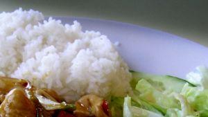 Riisi on osalle kebabravintoloita haastava elintarvike. Siinä bakteerit lisääntyvät helposti jos riisi ole tarpeeksi kuuma tai kylmää. Sitä myös valmistetaan usein suuria määriä säilytettäväksi useita päiviä.