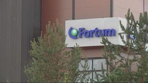 Fortumin kyltti Iiksenvaaran voimalaitoksen kyljessä Joensuussa.