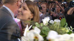 Matti Vanhanen ja Mari Kiviniemi halaavat