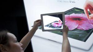 Applen työtekijä esittelee uutta iPad -laitetta San Franciscossa.