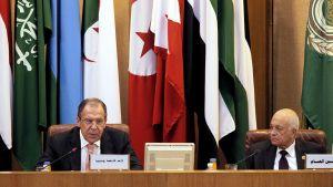 Arabiliiton pääsihteeri Nabil Alarabi kuuntelee Venäjän ulkoministerin Sergei Lavrovin puhetta liiton kokoukselle.
