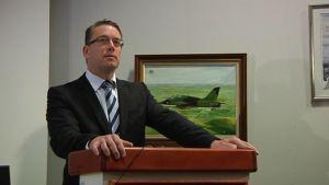 Puolustusministeri Stefan Wallin puhujankorokkeen takana Kauhavan Lentosotoakoulussa.