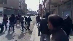 Amatöörikuvaajan videolla sanotaan näkyvän, miten mielenosoittajat ja turvallisuusjoukot ottavat yhteen.