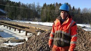 Sukeltaja Pasi Aaltonen siltatyömaalla.