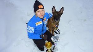 Mikkeliläinen Sanna-Mari Hurri ja belgianpaimenkoira Ruutipussi Emäntä saivat kultaa koirahiihtokisoissa.