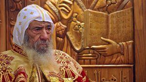 Egyptin koptikristittyjen johtaja, paavi Shenouda III, kultakimalteisessa asussaan.