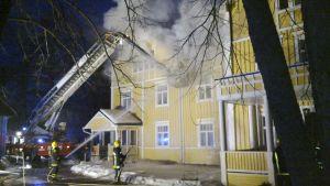 Valamon luostari tulessa illalla