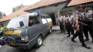 Poliiseja sairaalan edustalla Denpasarin kaupungissa.