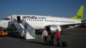 Air Balticin lentokone valmistautumassa lähtöön Lappeenrannan lentokentällä