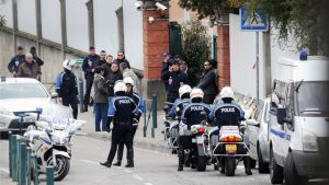 Ranskalaiset poliisit partioivat juutalaisen Ozar Hatorah  -koulun edustalla Toulousessa