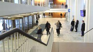 Opiskelijoita Helsingin yliopiston Porthanian aulassa.