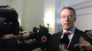 Puolustusministeri Stefan Wallin puhuu toimittajille