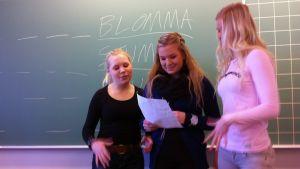 Vilma Hilska, Henna Keskitalo ja Josefiina Kähönen luokkahuoneessa