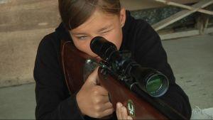 Ilomantsilainen Henni Kaiponen on kiinnostunut ampumaurheilusta.