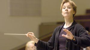 Kapellimestari Susanna Mälkki johtaa orkesteria Kulttuuritalon harjoituksissa.