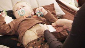 Kaksivuotias Veikka sairastaa harvinaista suolistosairautta, joka määrittää koko perheen arkea. Sairaus merkitsee, Veikka ei syö normaalisti suun kautta juuri lainkaan. Ravintoa annetaan päivisin vatsassa olevan napin kautta ja yöllä suonensisäisesti.